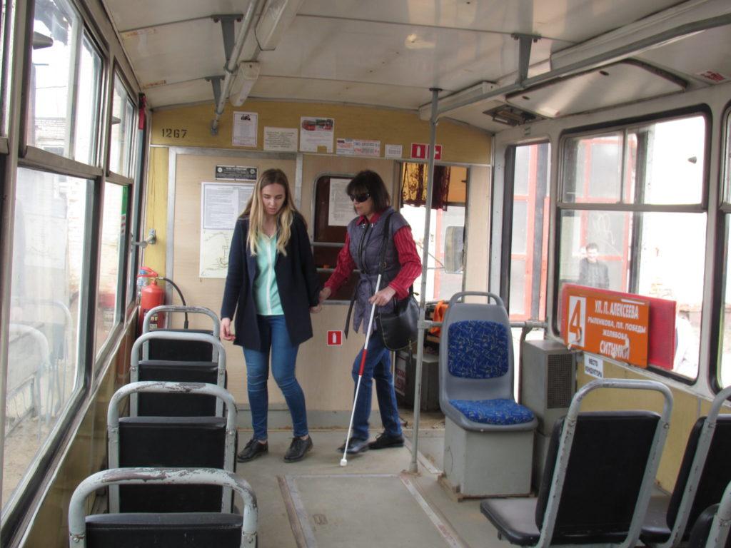 В Смоленске обучают волонтёров по сопровождению слепых