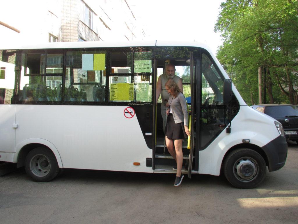 Смоленские волонтёры научились сопровождать слепых в маршрутках