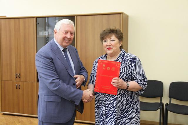 Почетная грамота вручена директору библиотеки Т.Г. Алесюк (18+)